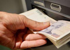 Exceso de billetes: amenazan con cobrarle un cargo al que pague en efectivo